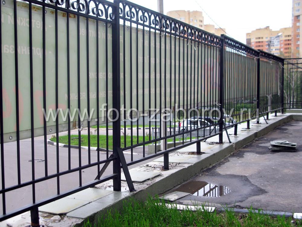 Недорогая металлическая ограда по периметру