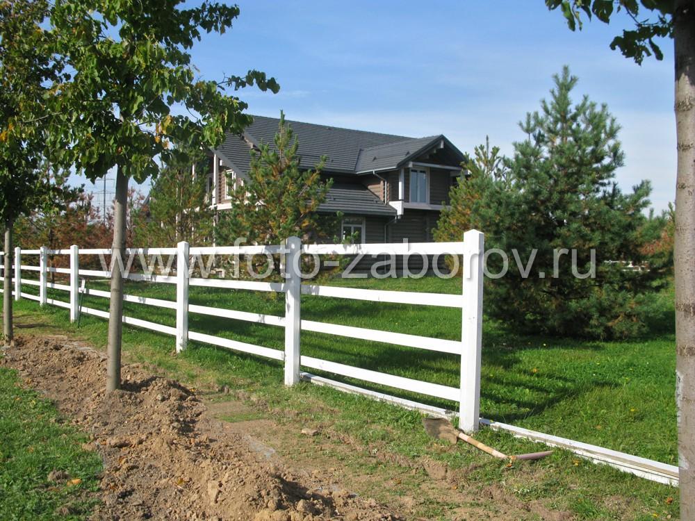 Ограда деревянная белого цвета на стройных деревянных