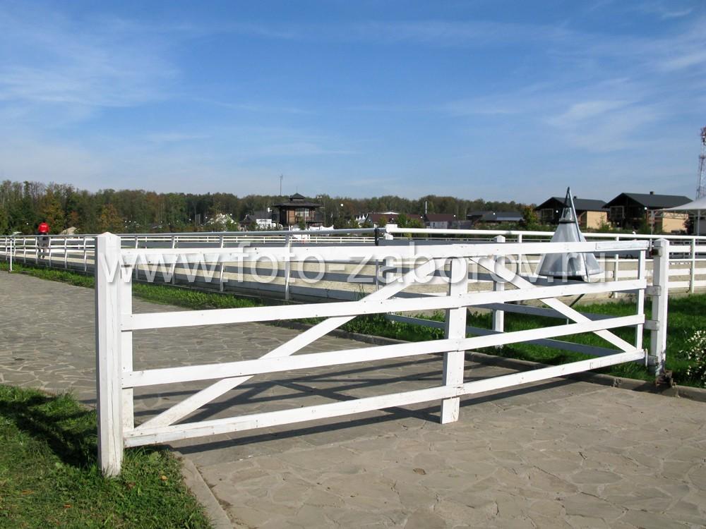 Картинка деревянных ворот с горизонтальными слегами в американском