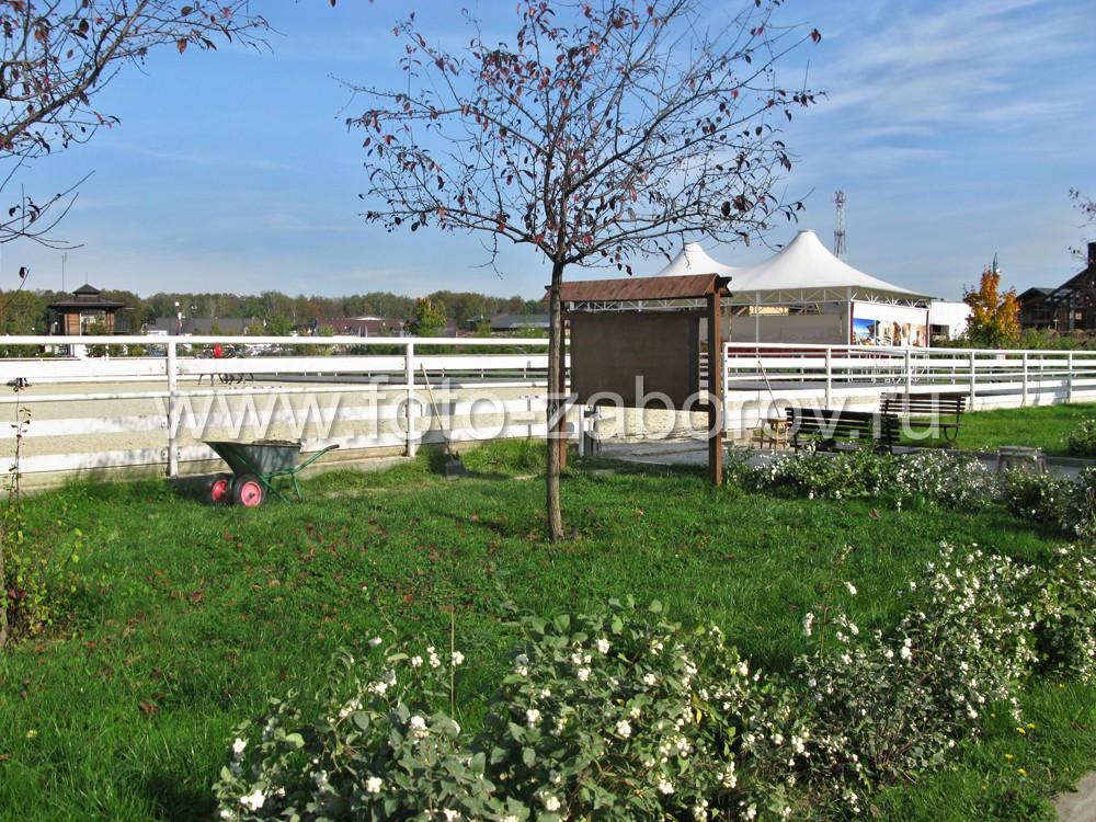 Ограда конного корта из дерева и металла белого