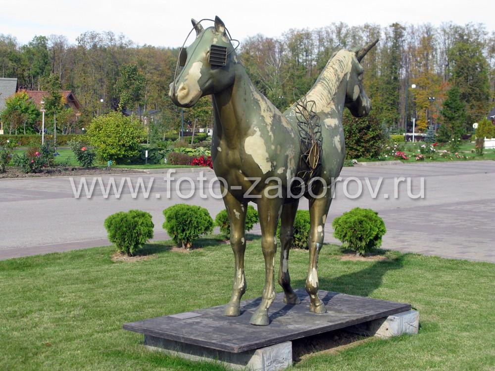 Скульптура зеркальной полулошади в конно-спортивном клубе  в