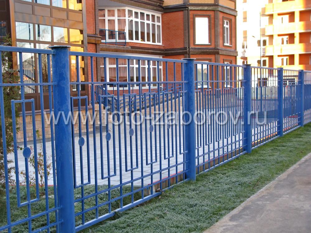 Металлический забор смонтирован на массивных столбах - трубах, обеспечивающих необходимую прочность