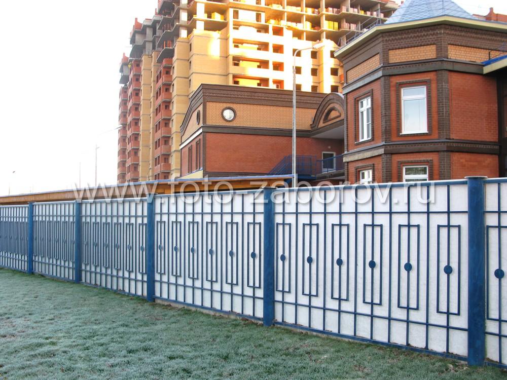 Красивая ограда из поликарбонатных листов на металлическом