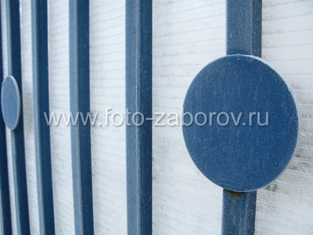 Декоративный элемент забора - металлический диск закреплен на вертикальном прутке на фоне