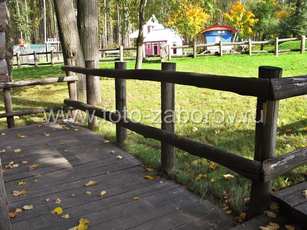 Ограда из бревен вокруг осеннего