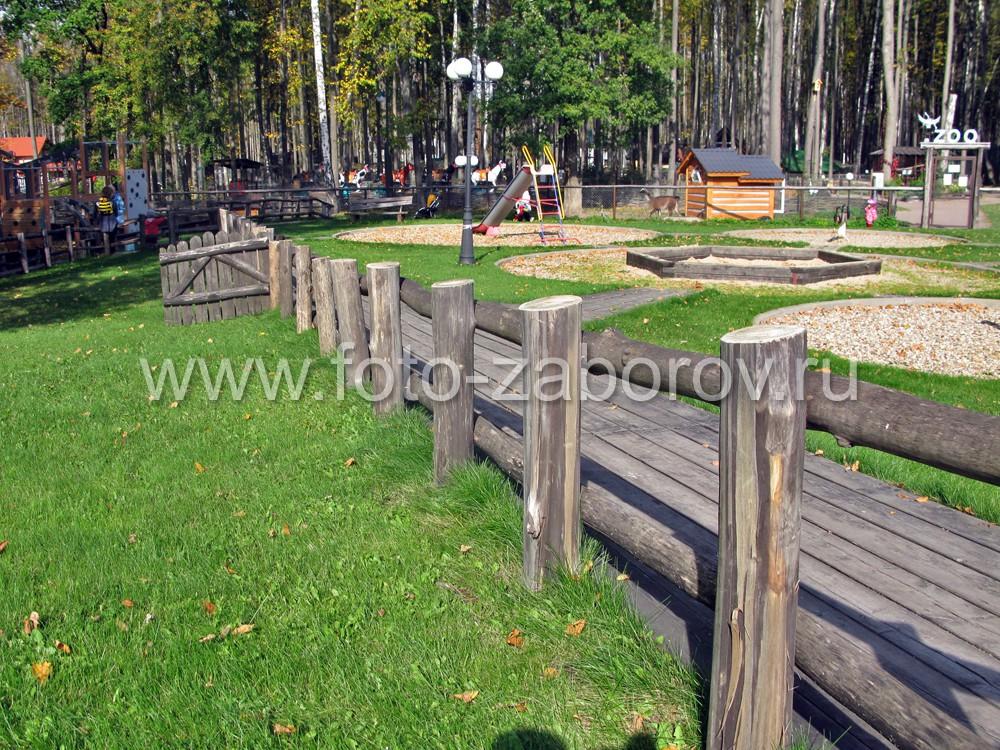 Эко-дизайн коттеджного посёлка: бревенчатая ограда, дощатый настил