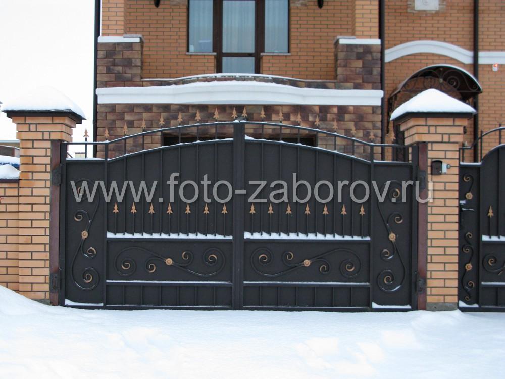 Большие распашные чёрные ворота, нарядно декорированные коваными пиками, решёткой,