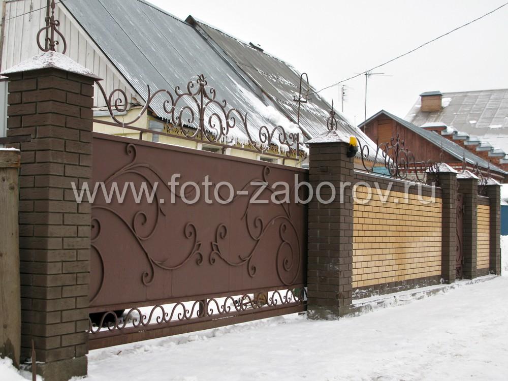Металлические откатные ворота покрашены в тёмно-коричневый цвет и декорированы железными коваными
