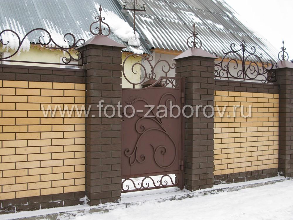Металлическая калитка выполнена в едином стиле с воротами и также имеет красивые кованые