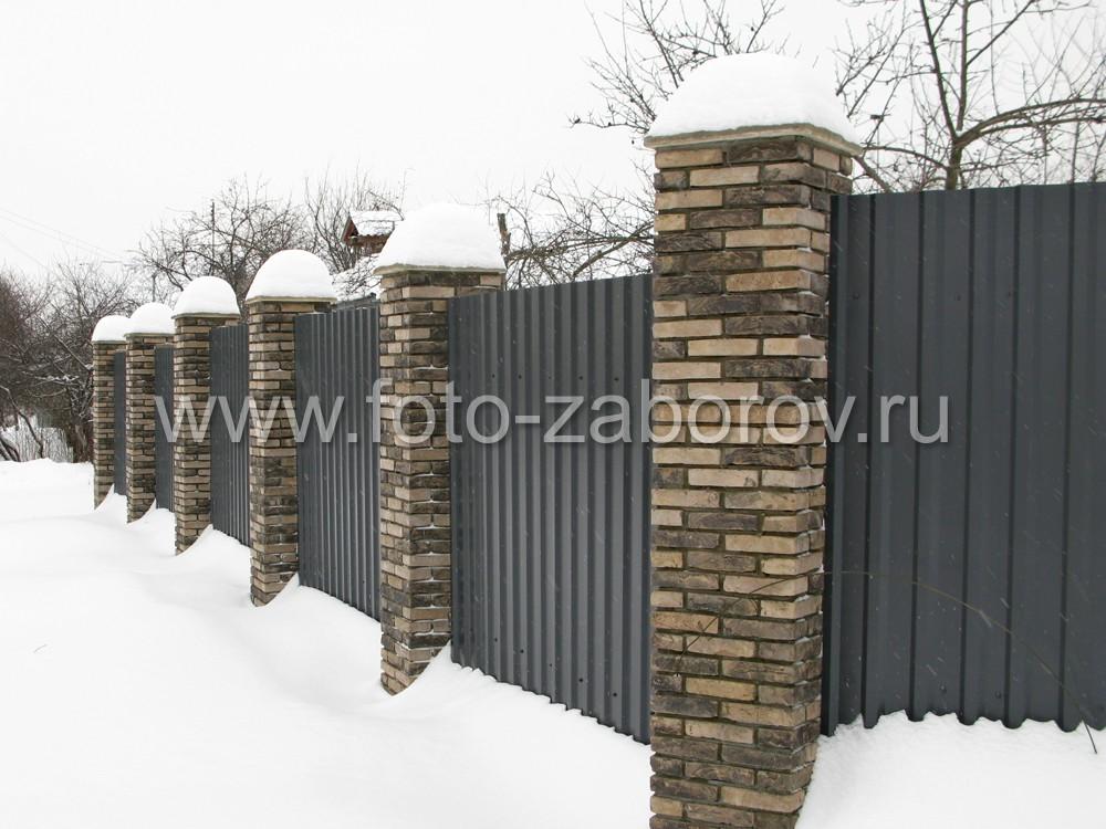 Серый цвет выбран основным для ограды коттеджа, столбы подчёркнуто выделяются за счет более