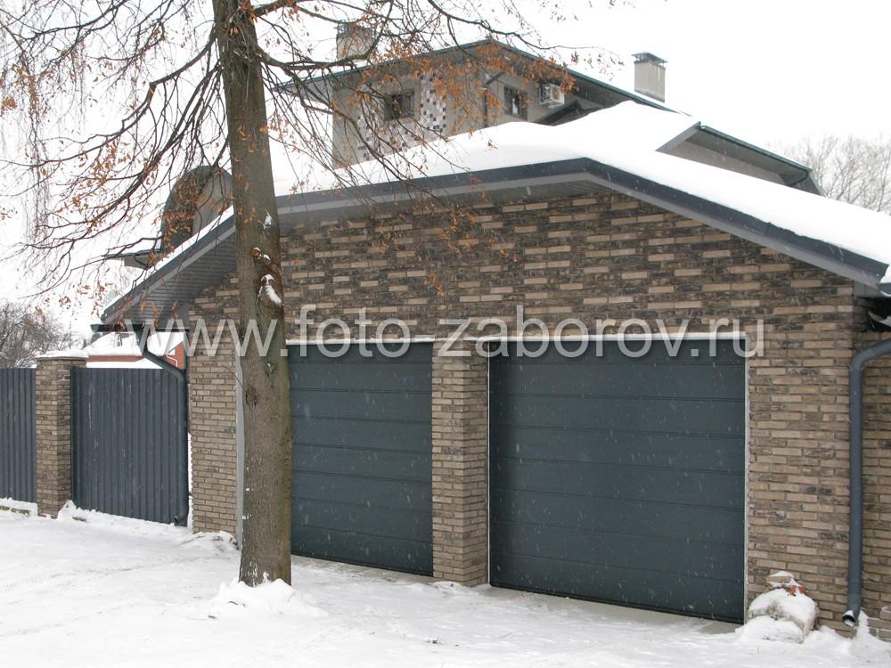 Рядом с домом - большой гараж с двумя