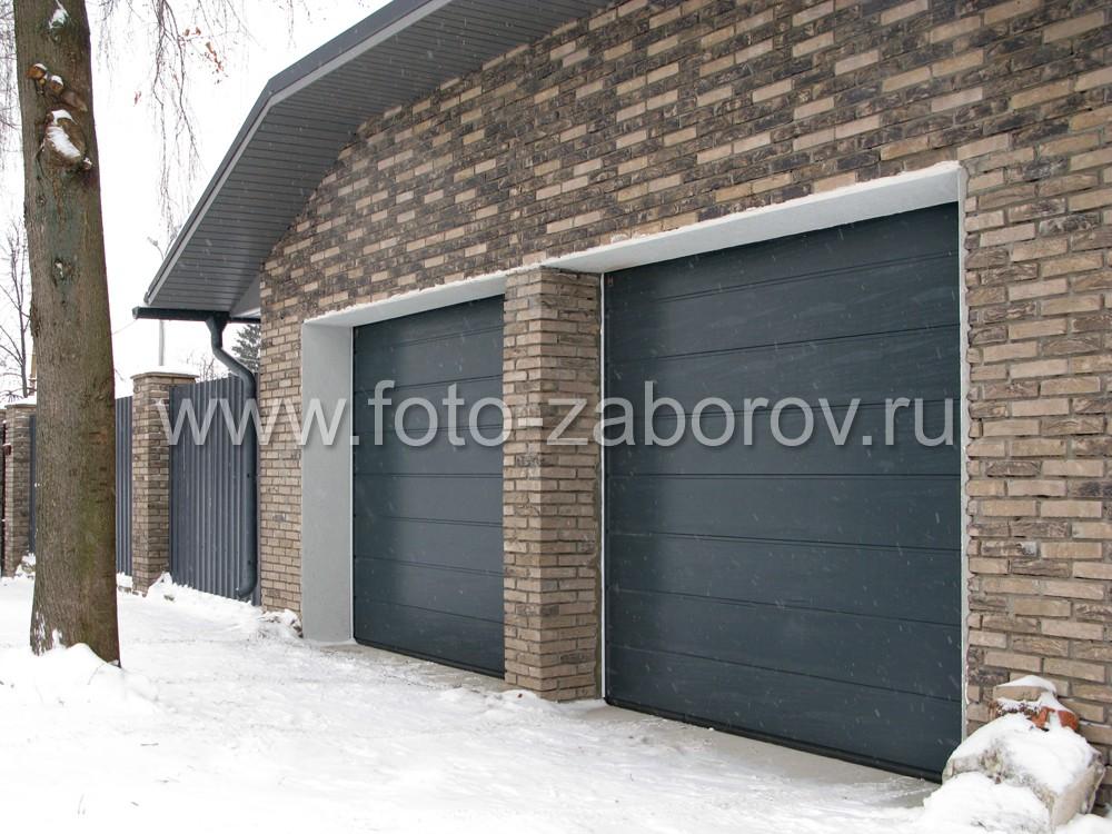 Рольставни рулонных ворот гаража также выполнены с тёмно-сером