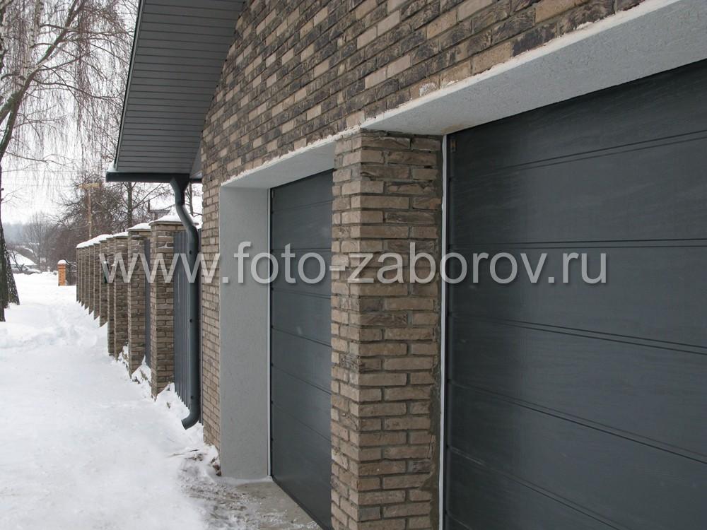 Разделительный столб между двумя гаражными