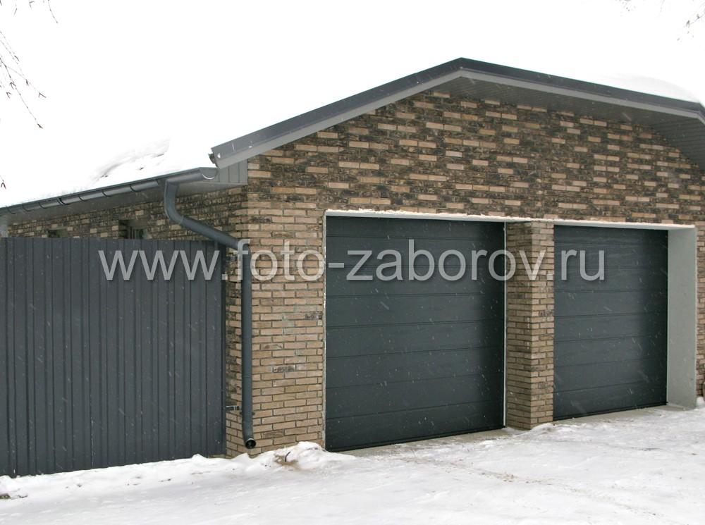 Фото двухместного гаража с большой двухскатной крышей сложной