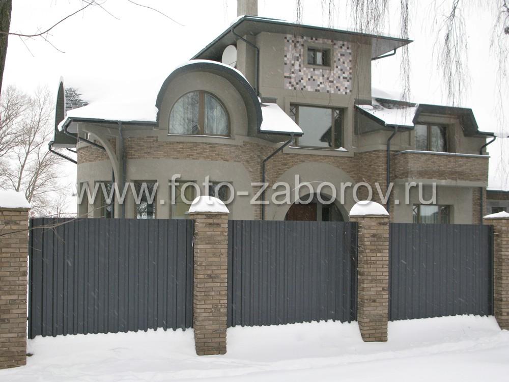Трехэтажный коттедж изобилует нестандартными архитектурными формами. Правое и левое крылья оснащены