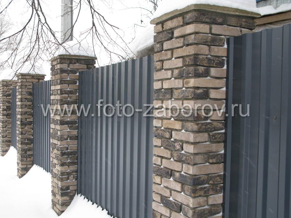 Эстетичную утонченность массивным столбам придаёт использование декоративного кирпича узкого