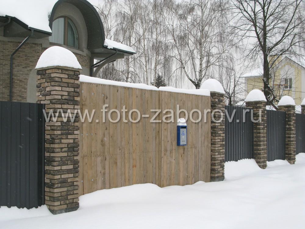 Редкое сочетание: забор из профнастила оборудован деревянными двустворчатыми