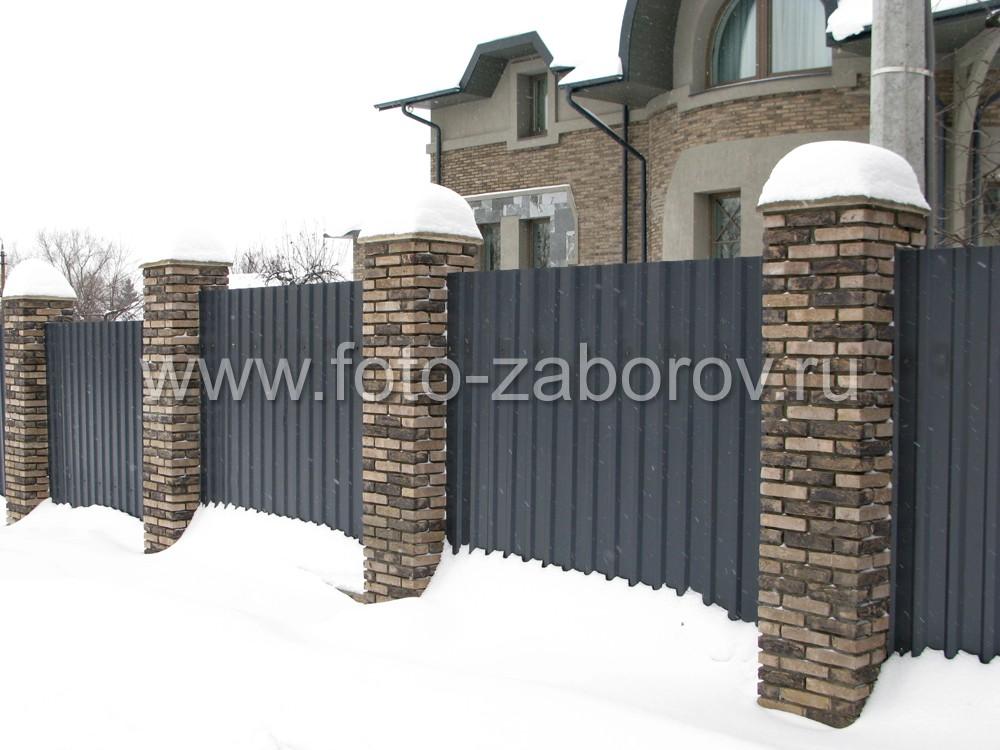 Фото зимнего забора из профнастила  С21 RAL 7024 цвет серый