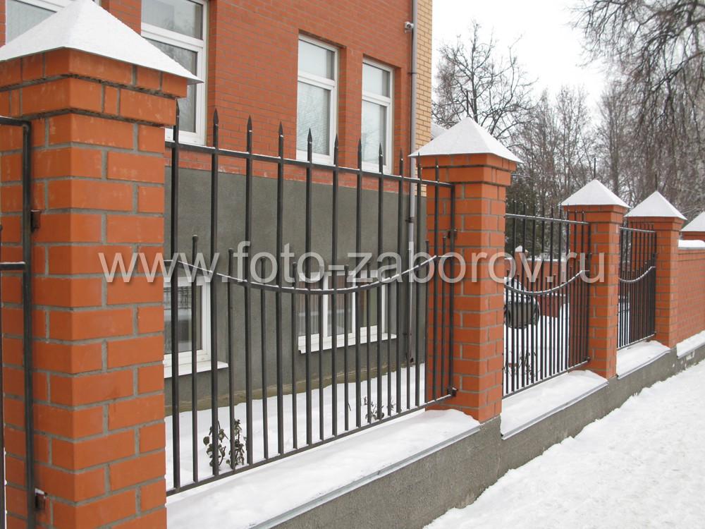 Металлический забор-решётка с кирпичными