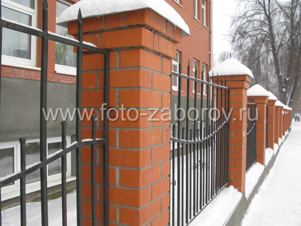 Двухярусный забор из железных