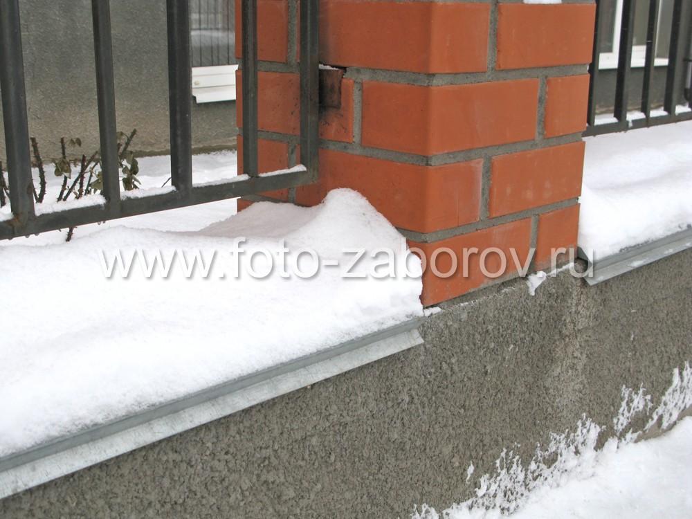 Основание кирпичного столба аккуратно выстроено на опорной площадке