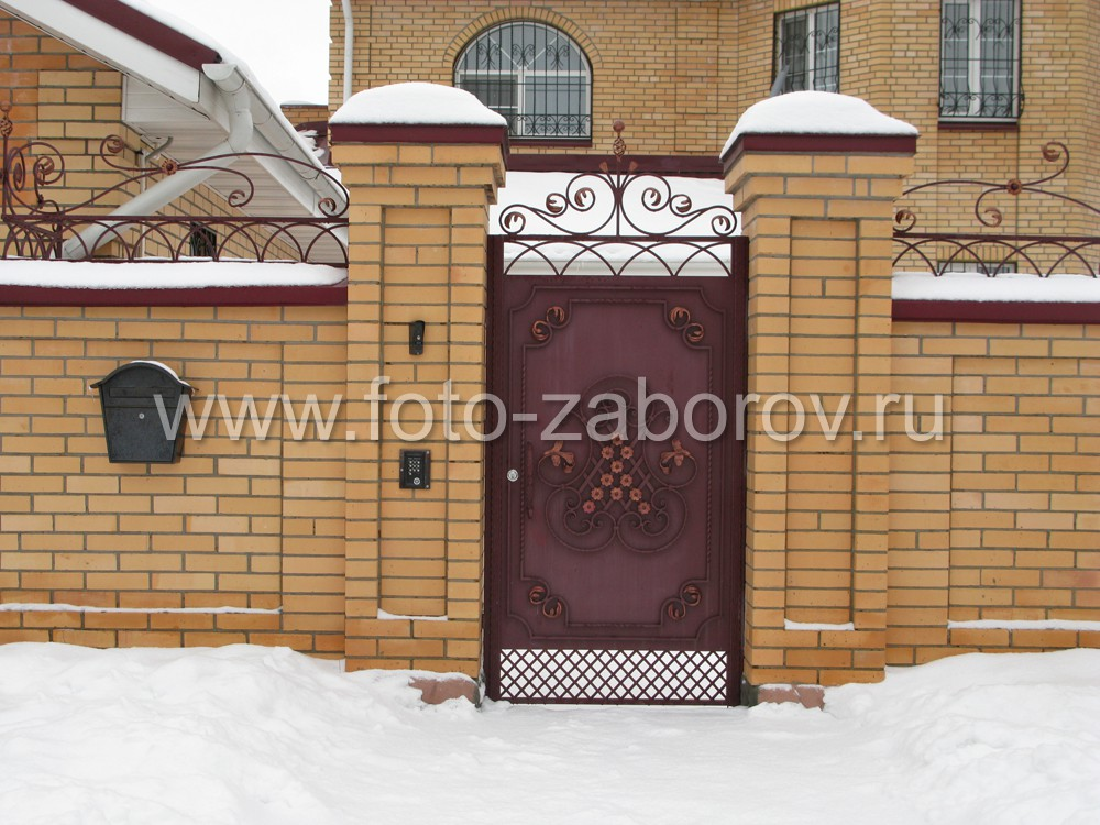 Фото Качественный кирпичный забор с металлическим декором по верху. Кирпичные столбы с кладкой,