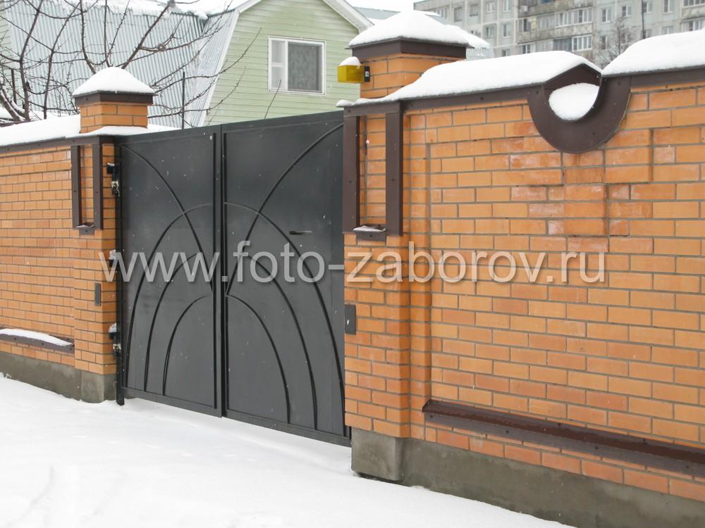 Фасадные распашные ворота из металла. Закрепление на столбах, в том числе при помощи декоративной