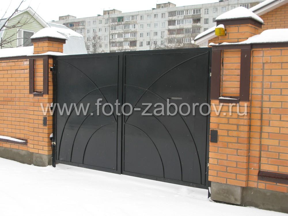 Металлические ворота в кирпичном заборе. Декорирование накладными концентрическими металлическими
