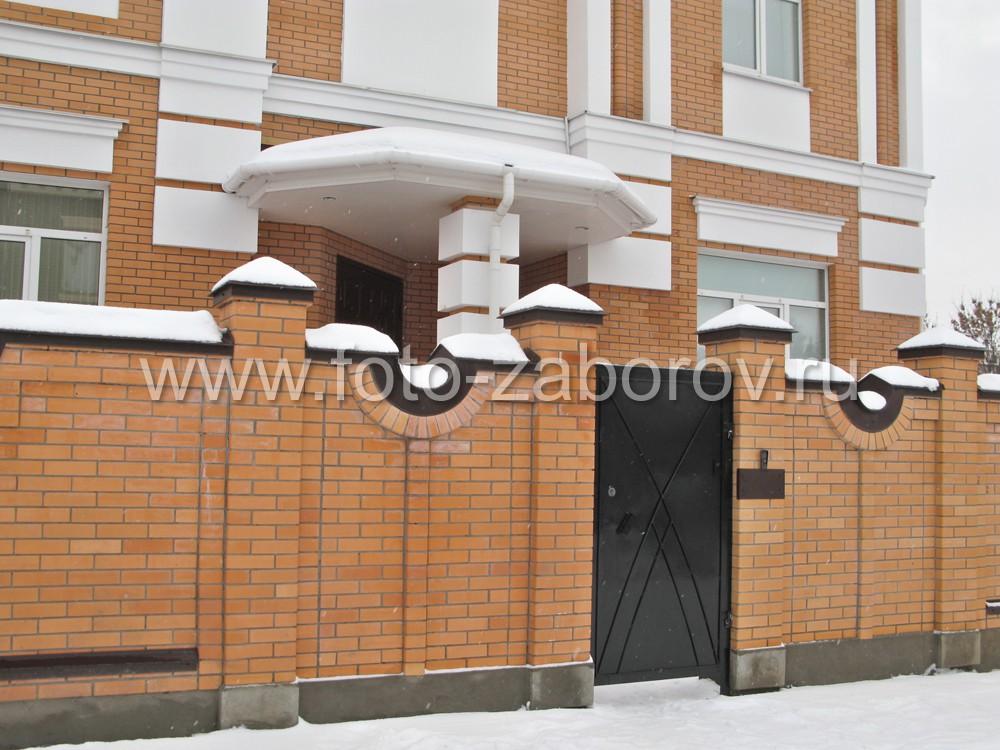 Крыльцо бокового входа в особняк под белоснежным козырьком объёмной