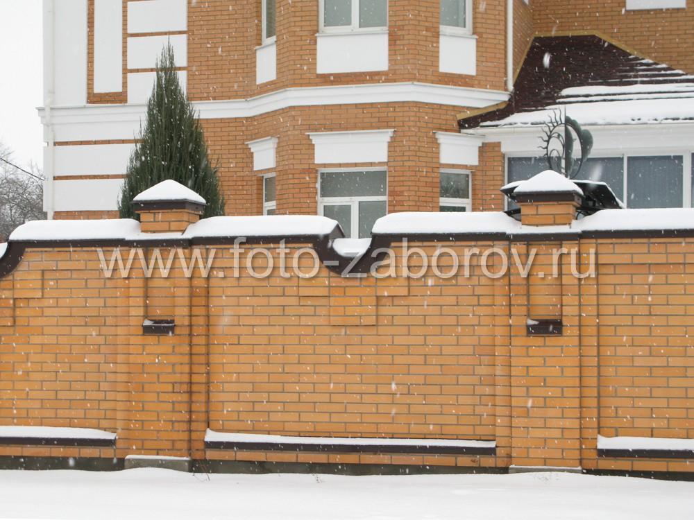 Фасадная часть дома с крытой террасой у