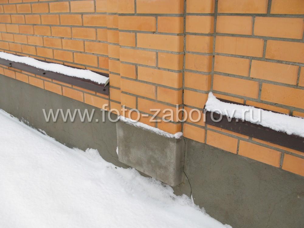 Основание кирпичного столба - в бетонной ленте фундамента делается утолщение - квадратная опорная