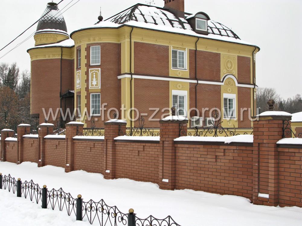 Большой двухэтажный кирпичный особняк за надёжной оградой -  массивным кирпичным