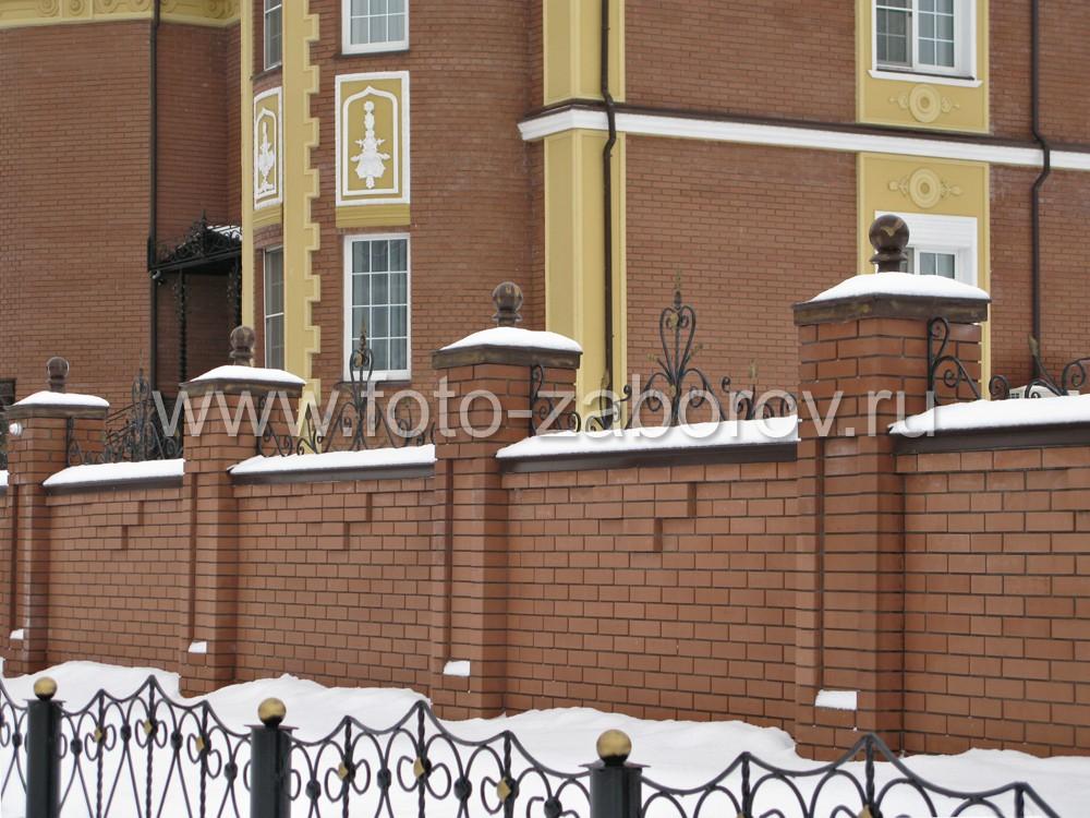 Ограждение в два ряда: декоративная оградка газона и основной кирпичный
