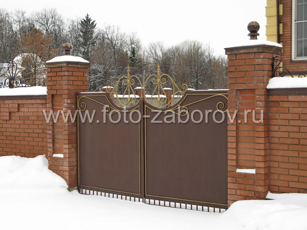 Двустворчатые ворота из толстого листового железа с декоративным накладным декором из металла,