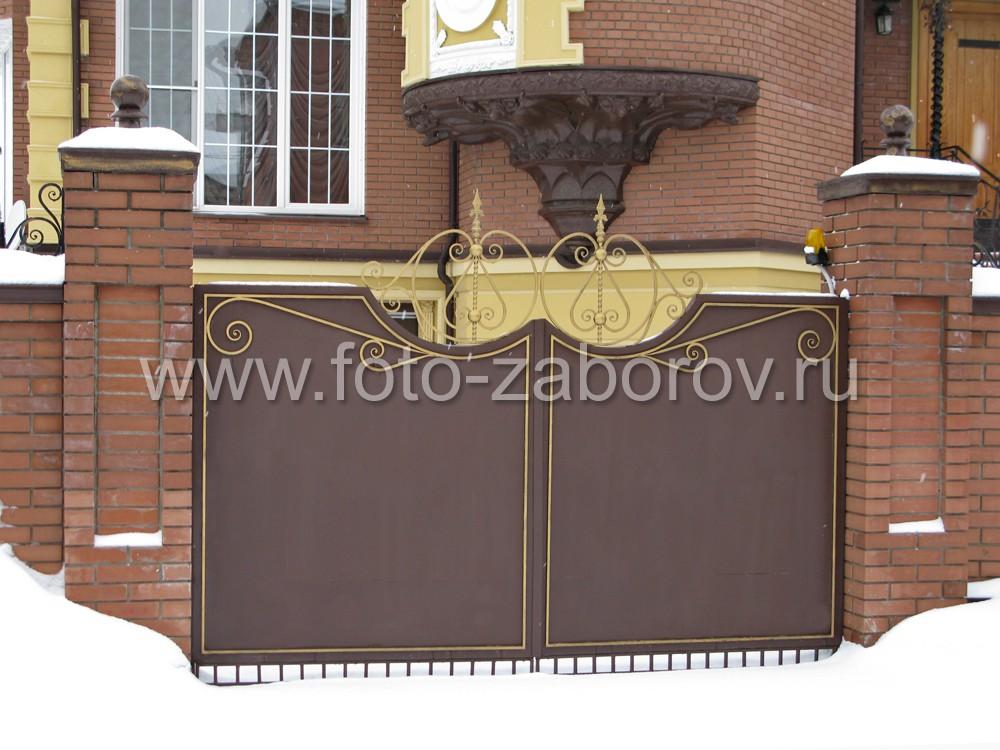 Утончённый кованый декоративный узор венчает створчатые ворота в центральной их