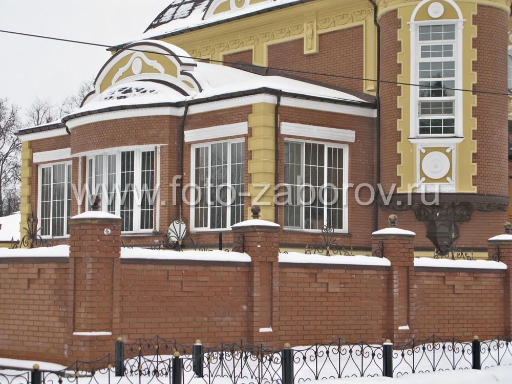 Флигель с высокими окнами, построенный с фасадной стороны