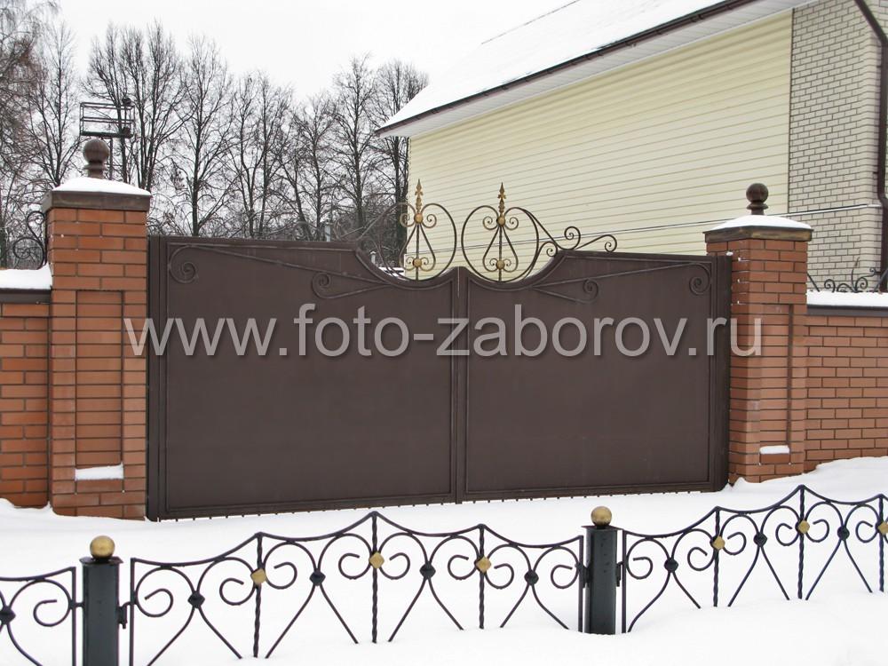 Массивные металлические ворота из толстого листового