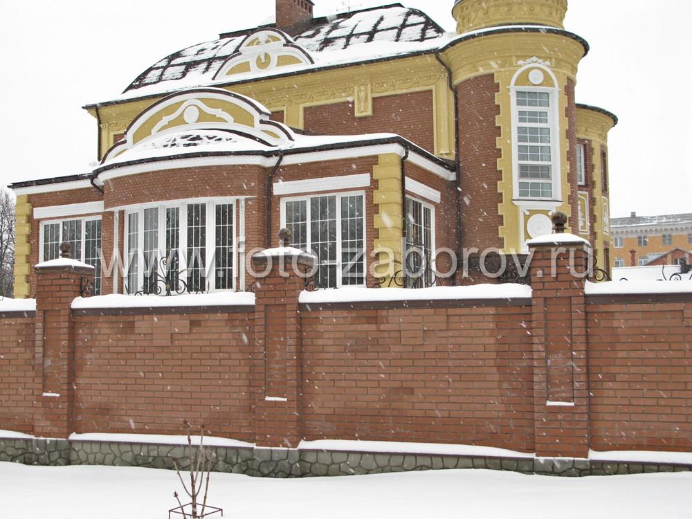 Украшением дома является его парадный флигель с огромными окнами с сферической