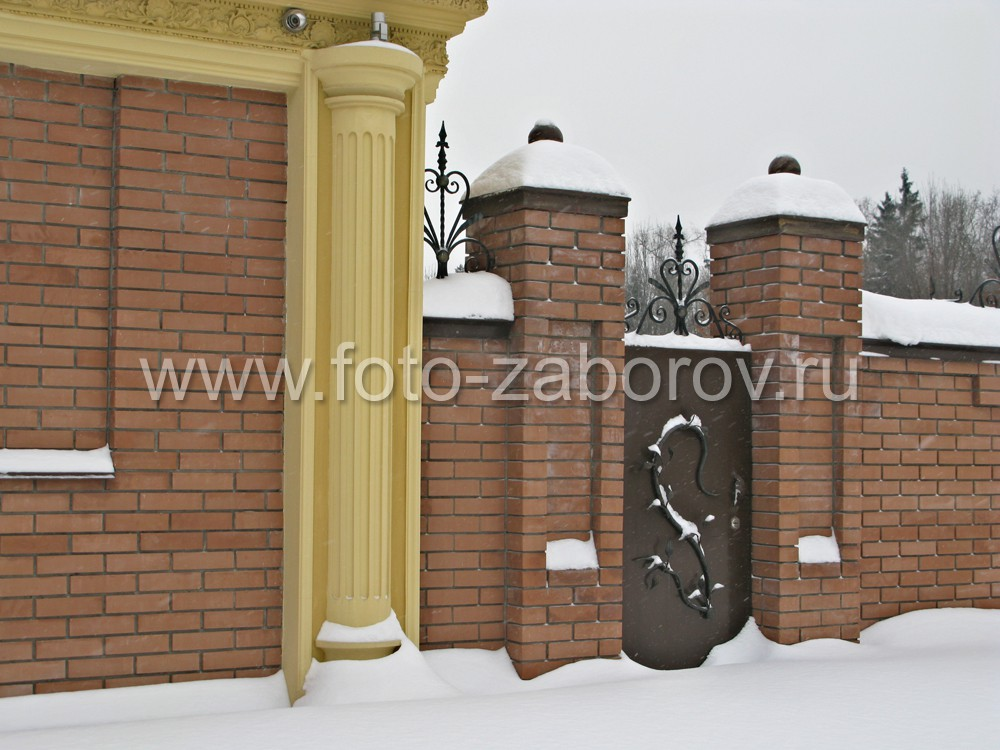 Занесённые снегом накладные металлические украшения