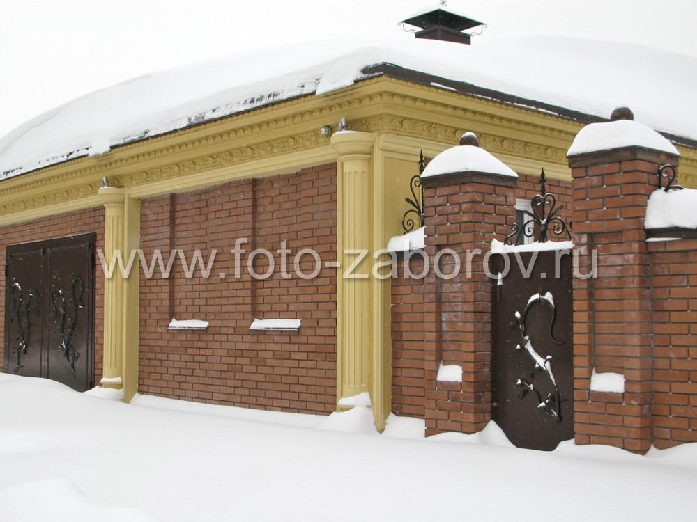Забор стыкуется со стеной гаражного