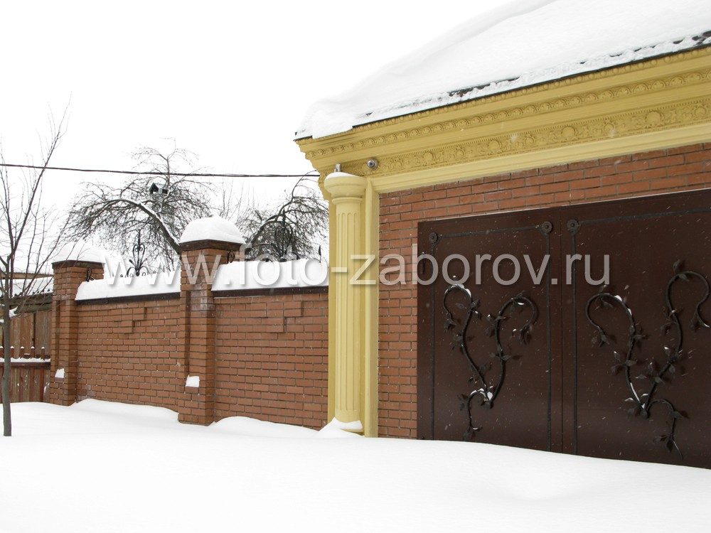 Распашные металлические ворота в гаражном павильоне. Накладной кованый