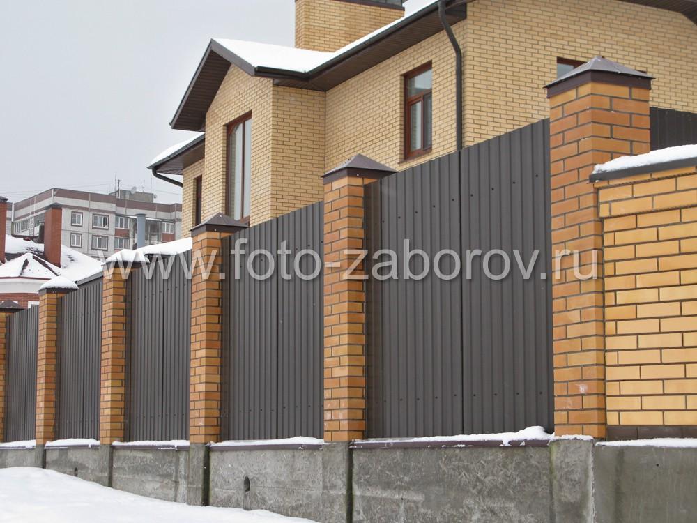 В основании забора уложена монолитная бетонная лента по всей его