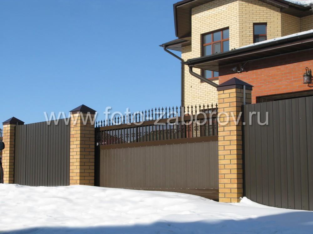 Въезд на участок оборудован композитными откатными воротами коричневого
