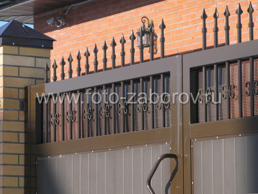 Использование рамки с полимерной отделкой для декорирования ворот придает последним необычайную