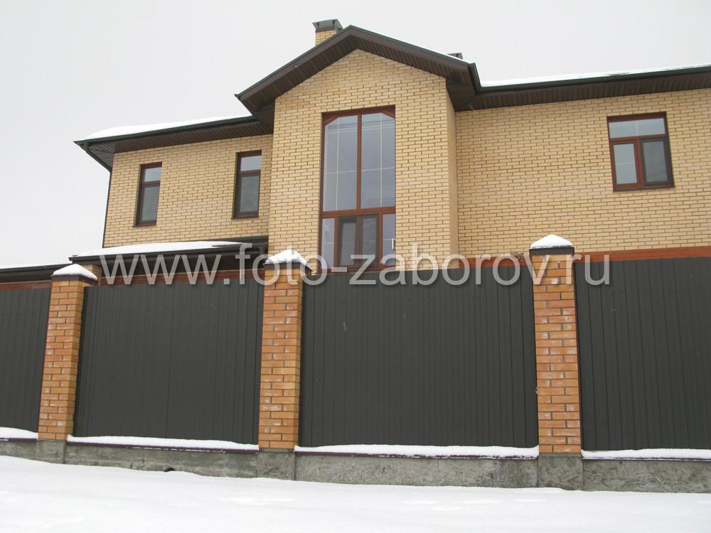 Фасад коттеджа за забором из профнастила. Цвет РАЛ 8017