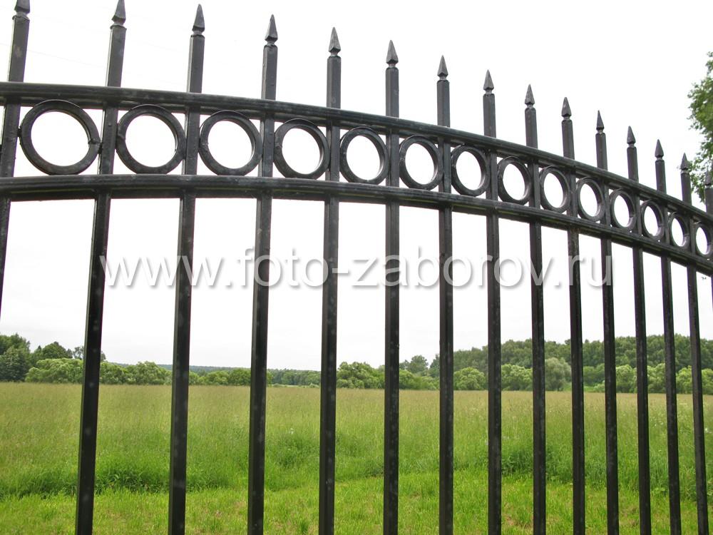 Фото Частные земли за надёжным забором. Входная группа: изящые металлические ворота с