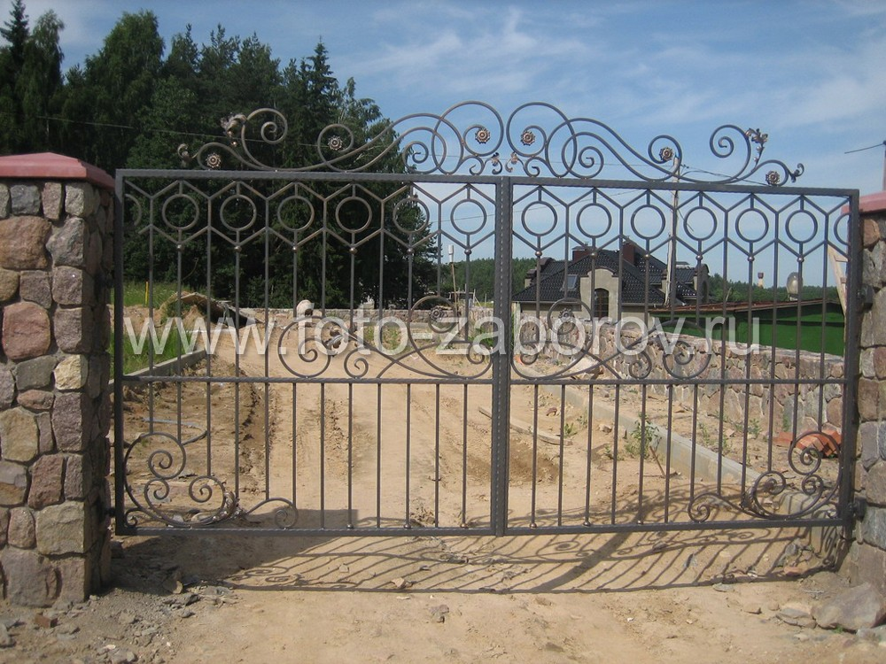 Изысканные по красоте кованые ворота, сочетание прямолинейных шестиугольных кованых  узоров, эволют