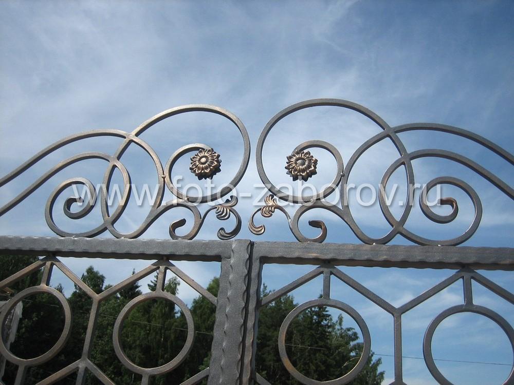 Оконечники кованых спиралей венчают красивые металлические цветки и