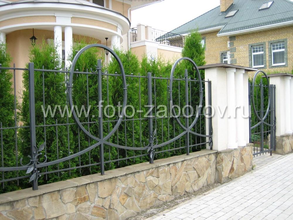 Можжевельник и кованый забор - идеальное сочетание для