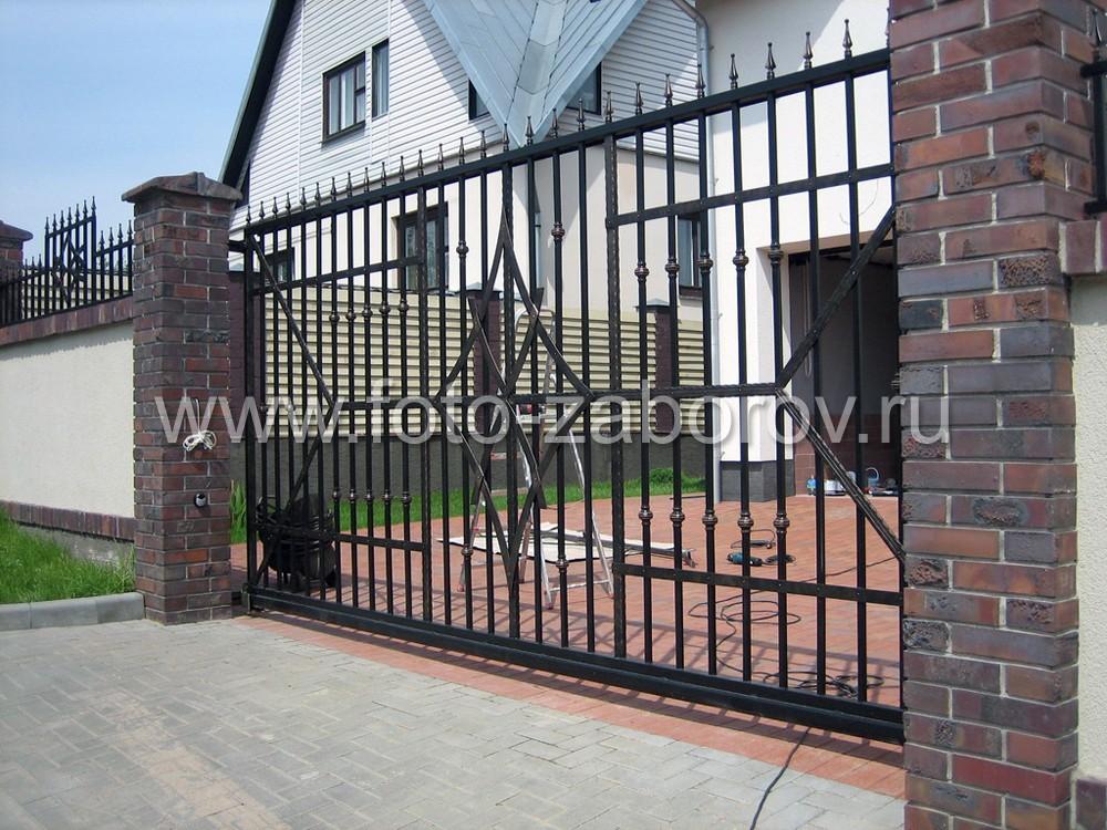 Откатные металлические ворота. Решетка с вертикальными металлическими прутками. Декорирование